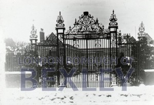 PHBOS_2_985 Hall Place gates 1900