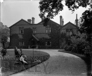 DEW041 The Tolhurst Family, The Grange, Sidcup c.1900