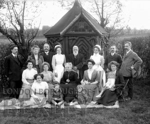 DEW072 Family Portrait in Garden c.1900