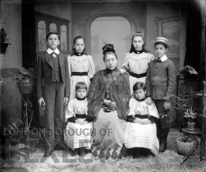 DEW085 Formal Family Portrait c.1900