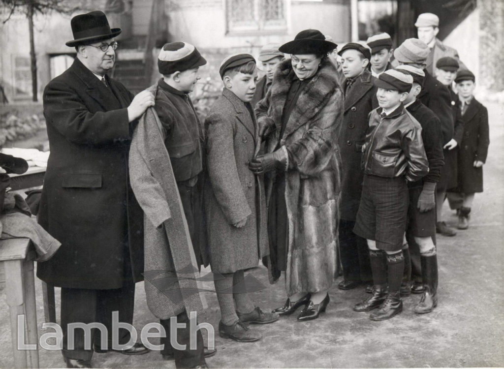 DISTRIBUTION OF GIFTS, LAMBETH : WORLD WAR II