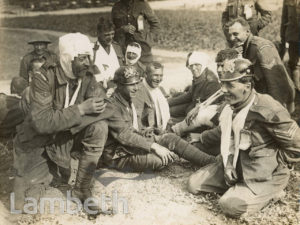 OFFICIAL WWI PHOTO: WOUNDED SOLDIERS SHARING A JOKE